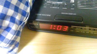 Radiobudík s nočním časem, když se hlavou honí nápady